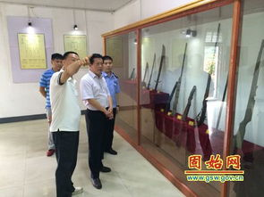 ...安局长张中亮在方集派出所负责人陪同下来到方集镇杨山煤矿,查看...