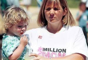 一名美国母亲抱著孩子在华盛顿国会前表达禁枪心愿.-母亲的心愿
