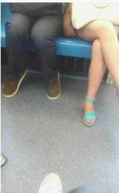 上海地铁猥琐男遭人肉 女子被摸大腿却不反抗 组图