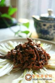 香好味京酱肉丝怎么做好吃   碗里加入两勺甜面酱   加入等量的黄酱(...