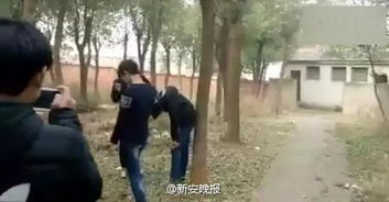 ...令人吃惊的是被打男生竟然没有还手.任由两名男生殴打,从视频中...