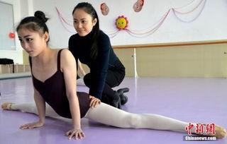 ...省邯郸市心连心舞蹈艺术中心的练功房内,然然在老师的帮助下下横...