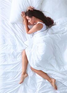 躺在床上睡觉的女孩