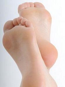 脚刑钉脚趾老虎凳硬-很多人喜欢在很放松的环境下摆弄自己的脚,不由自主地撕扯脚茧,或...