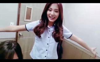 TWICE 11日透过V app开启直播,团员们在琴房里开心打招呼,多贤边...