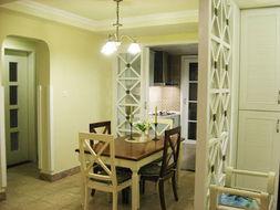玄关隔断后面就是餐厅了,餐厅那个弧形门就是2个卧室及卫生间的过...