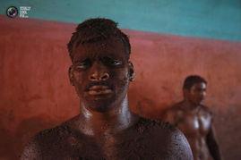 赤裸释放男性激情 揭秘印度神秘泥地摔跤