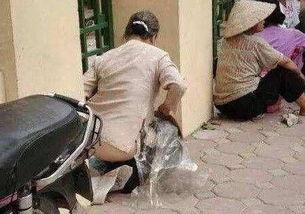 为什么印度女人就喜欢在大街上小便 给钱都不去公厕