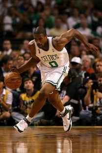 鲍威演绎篮球励志生涯 竟是高中球衣退役第一人