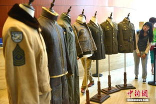 图为展出的美军军服吸引参观者.     摄 -美籍华人收藏家捐数百件 飞虎...