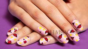 ...编要分享的红唇指甲彩绘,更用了以粉红色作为基底背景+黄色圆点...