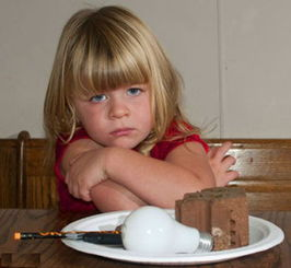 英国三岁小女孩性交-3岁女童患上异食癖 竟吃下整只灯泡
