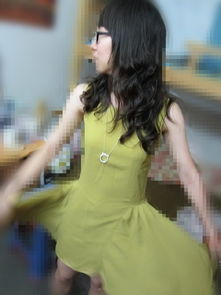 后来发现自拍拍不到裙子呢 于是叫了男盆友来我宿舍拍 他趁我说话乱...