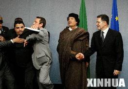 人人白人人碰人人插免费视频-4月27日,在位于布鲁塞尔的欧盟总部,来访的利比亚领导人卡扎菲(...
