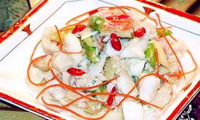 材料:鳕鱼肉200克,墨鱼肉100克,日本海苔片3张,鸡蛋5只,胡萝...