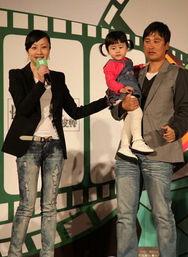 ...夫妇等众多明星一起在上海出席某儿童品牌新店揭幕仪式,陆毅鲍蕾...
