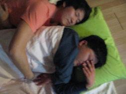 两个女花痴偷看帅哥睡觉:(帅哥熟睡中,全然不知道)   僵尸般的睡...