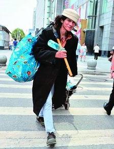 网友@七点钟001:几年前,打扮潮酷的流浪汉