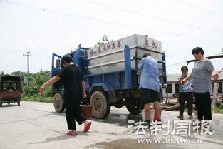 pozqv煽璺创mx-矾厂炼后的废渣就堆放在山坡   买水的村民
