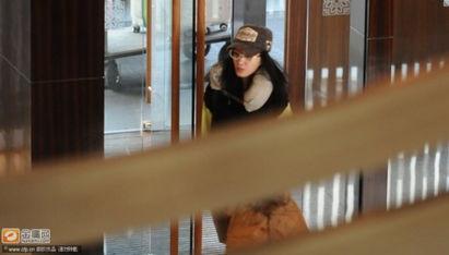 王丽坤素颜现身酒店 戴镜框遮面星味全无