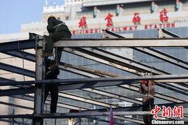 ...年春运的到来,北京西站南广场可容纳近万名旅客同时候车的三个临...